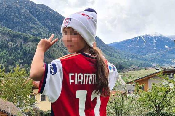 Il Cagliari regala la maglia a Fiammetta Melis, la bimba chefa dad tra le capre in Trentino