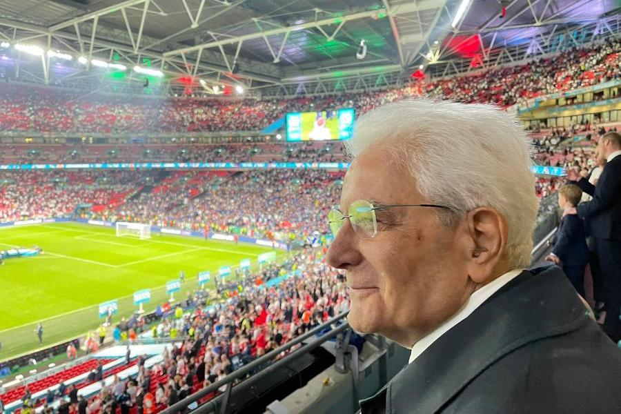 Il sorriso compiaciuto di Mattarella a Wembley, sullo sfondo la delusione dei Reali inglesi