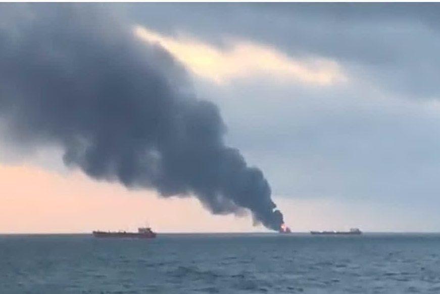 Due navi a fuoco nello stretto di Kerch: dieci marinai morti