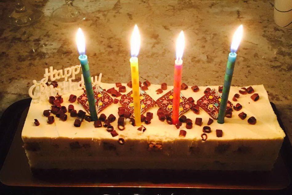 Festeggia il compleanno in hotel nonostante i divieti, 20 multati