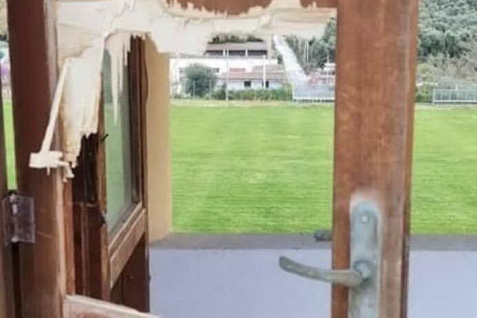 Vandali a Castelsardo: muri imbrattati e danni al campo comunale
