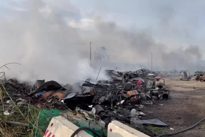 Ancora fumo nella discarica di via San Paolo dopo l'incendio