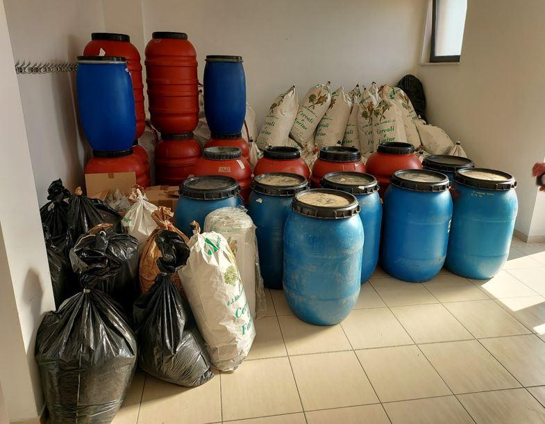 I contenitori usati per la droga (foto Guardia di finanza)