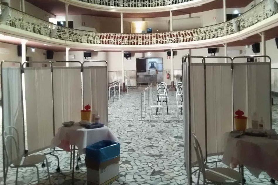Il teatro Cavallera pronto per le vaccinazioni (foto Pani)
