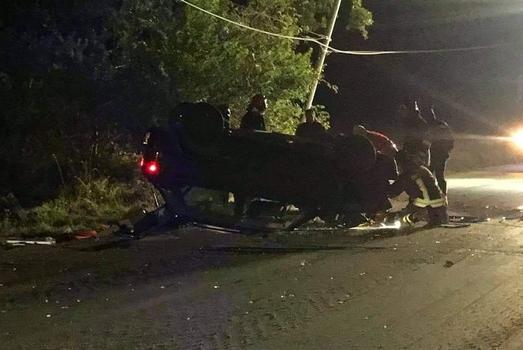 L'auto finisce contro un palo del telefono, poi si cappotta: la vittima è un22enne