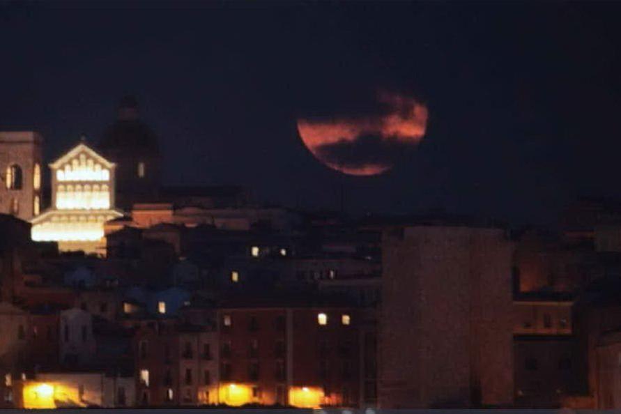 La Luna rossa nel cielo di Cagliari