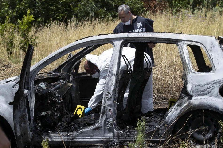 Due corpi carbonizzati in un'auto, giallo a Roma