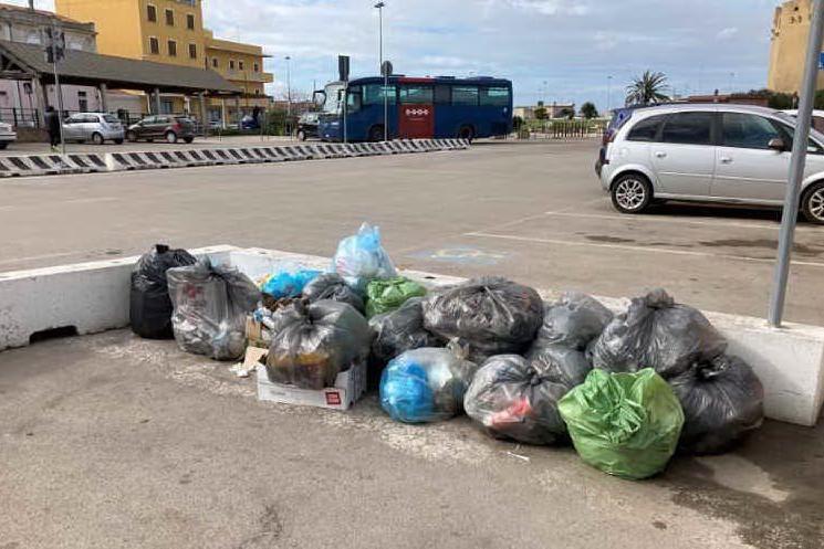 """Cumuli di rifiuti nel porto turritano: """"Nessuno li ritira"""""""