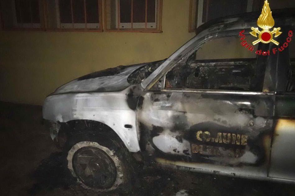 Attentato nella notte a TalanaA fuoco tre mezzi del Comune