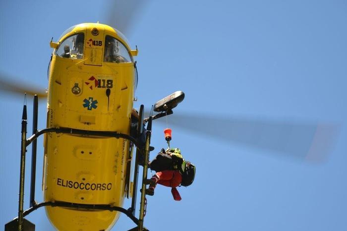 Auto si ribalta sulla statale 389, donna trasportata in elicottero a Olbia