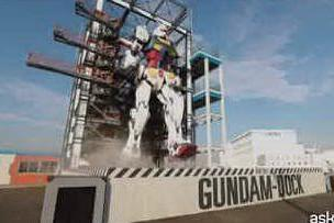 Il gigantesco Gundam muove i suoi primi passi