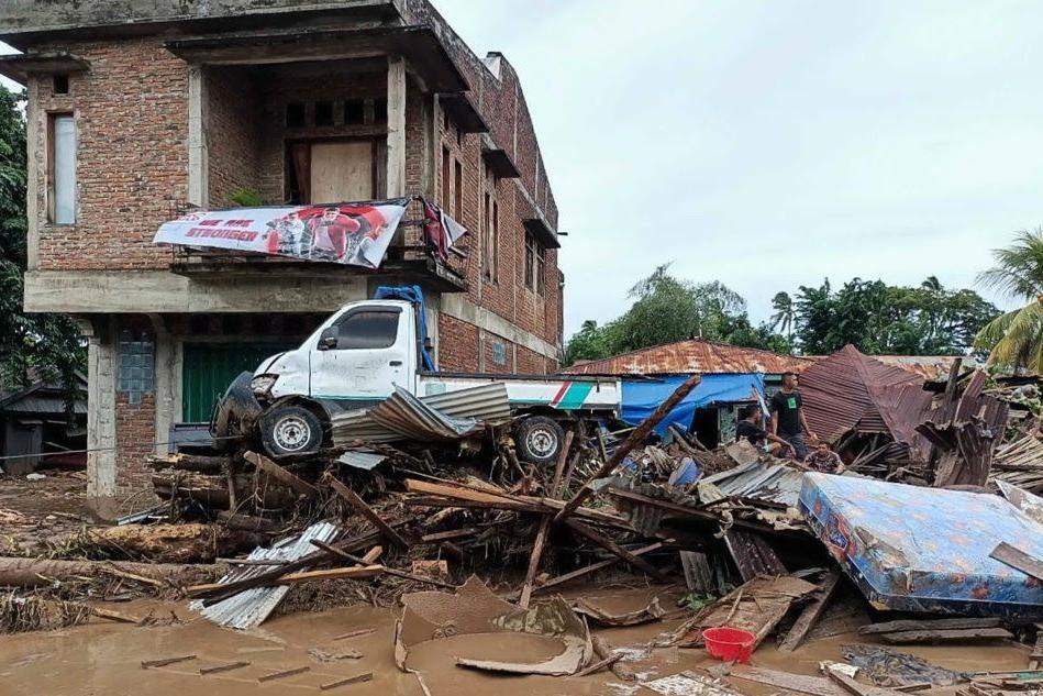 Inferno di acqua e fango in Indonesia: oltre cento tra morti e dispersi VIDEO