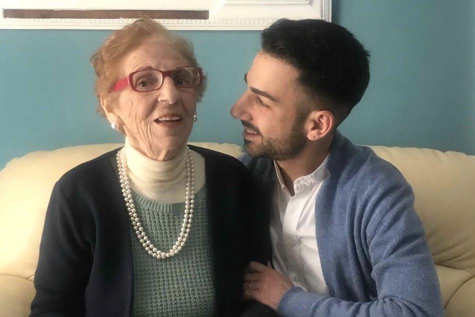"""Simone, nipote speciale: """"Ho lasciato il lavoro per accudire mia nonna malata"""""""