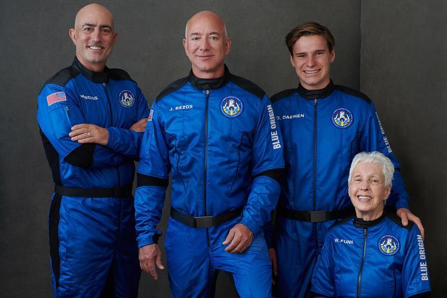 Jezz Bezos con i compagni di viaggio (foto @BlueOrigin)