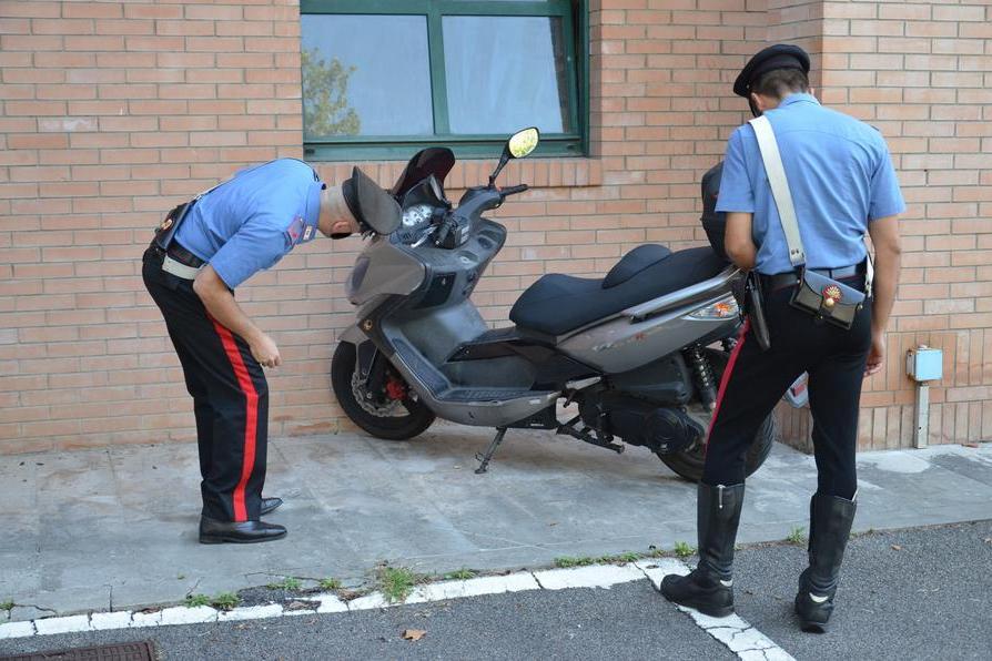 Alla guida di un grosso scooter senza patente né assicurazione: 49enne nei guai a Cagliari