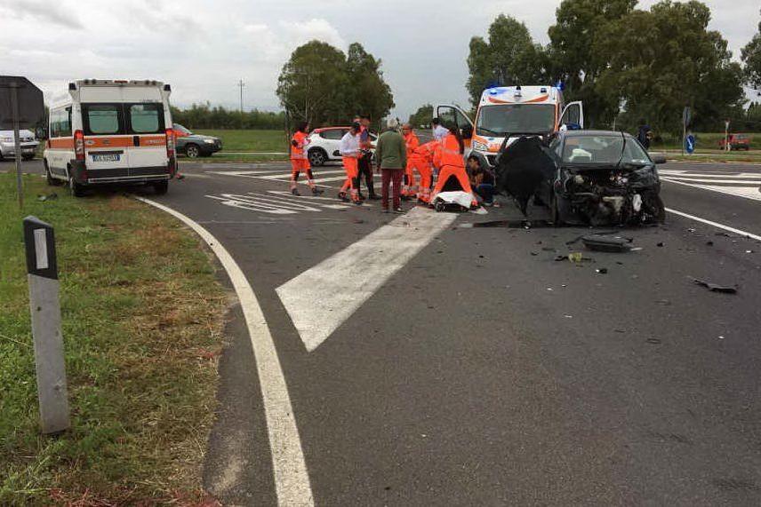 Incidente stradale tra un'auto e un furgone sulla 196