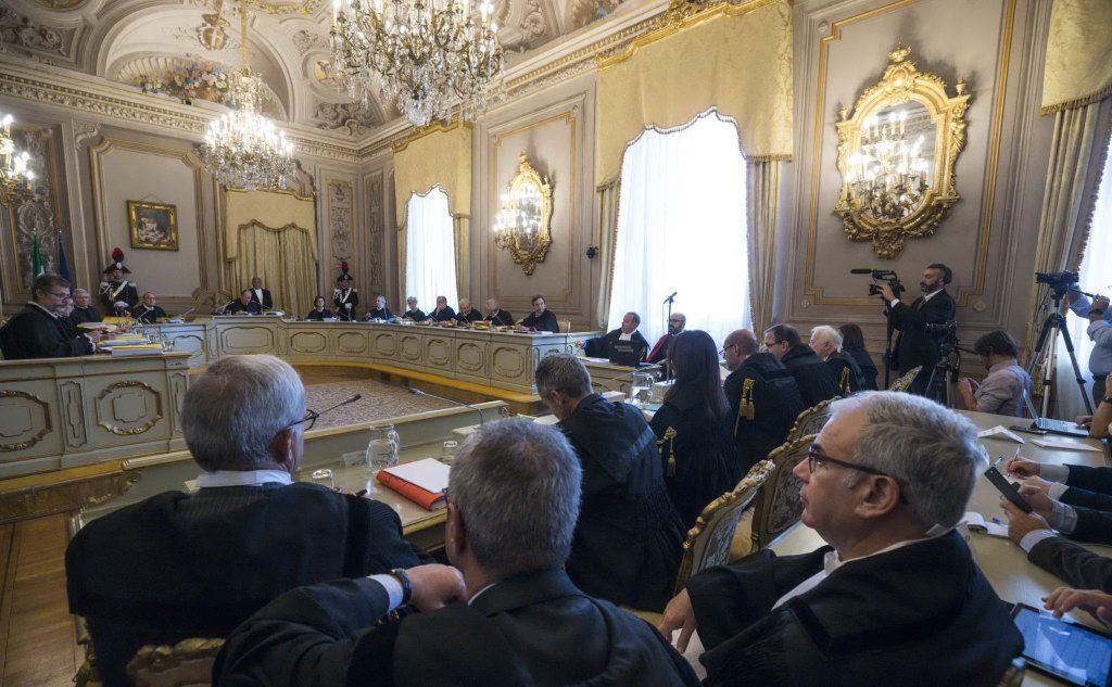L'aula dell'udienza al palazzo della Consulta (Ansa)