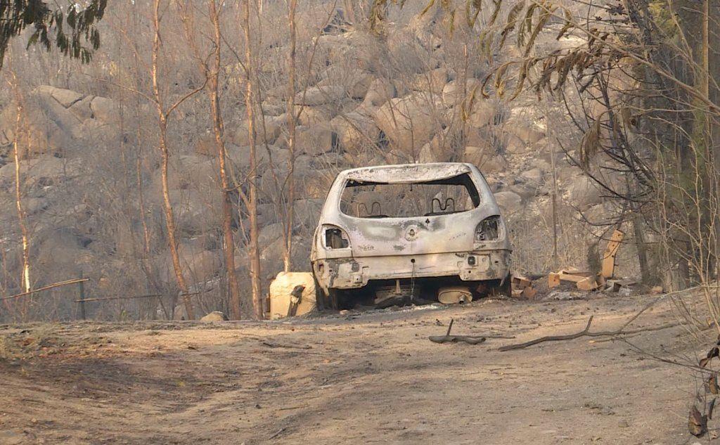 Un'auto incendiata (foto L'Unione Sarda - Loi)