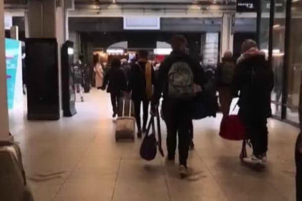 A Parigi stazioni prese d'assalto prima del nuovo lockdown