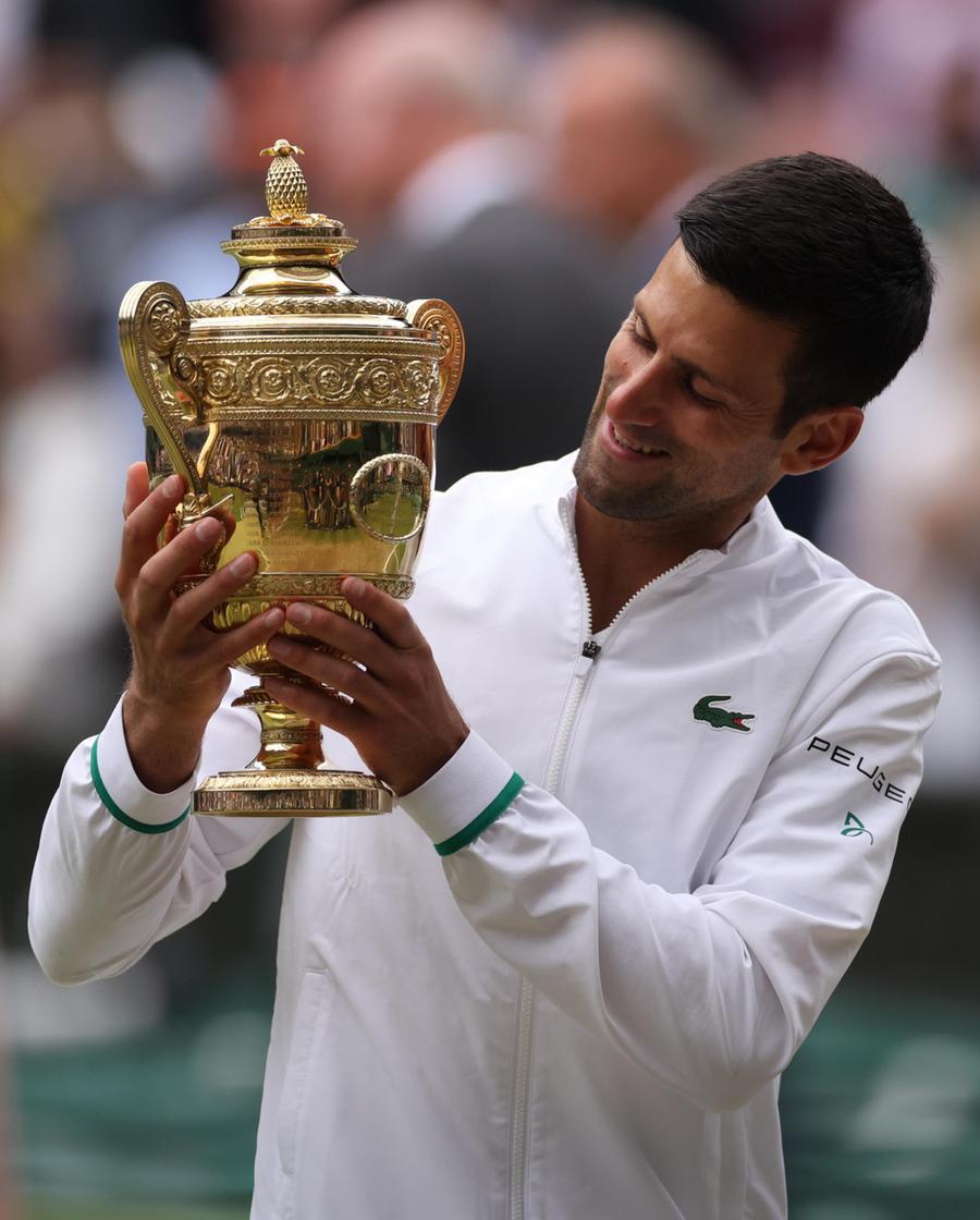 Djokovic posa con il trofeo (Ansa)