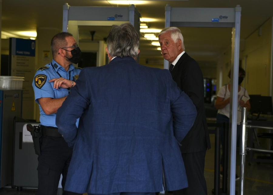Il console Fabio Bruno (di spalle)\u00A0e l'avvocato Marras entrano in Corte d'assise (foto L'Unione Sarda-Calvi)