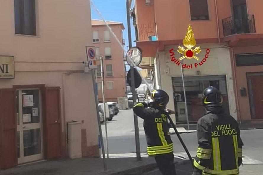 Iglesias, canna fumaria prende fuoco