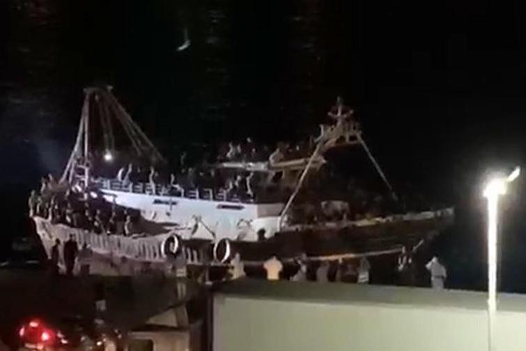 Maxisbarco a Lampedusa: 686 migranti a bordo diun peschereccio