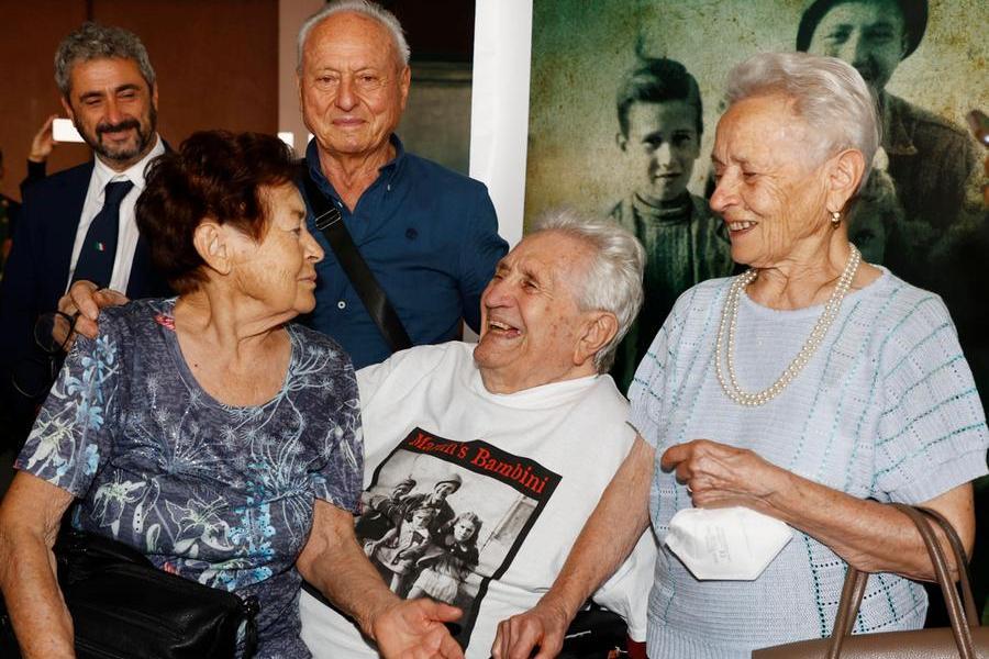 """Il soldato Adler torna in Italia e incontra i tre """"bambini"""" dopo 77 anni"""