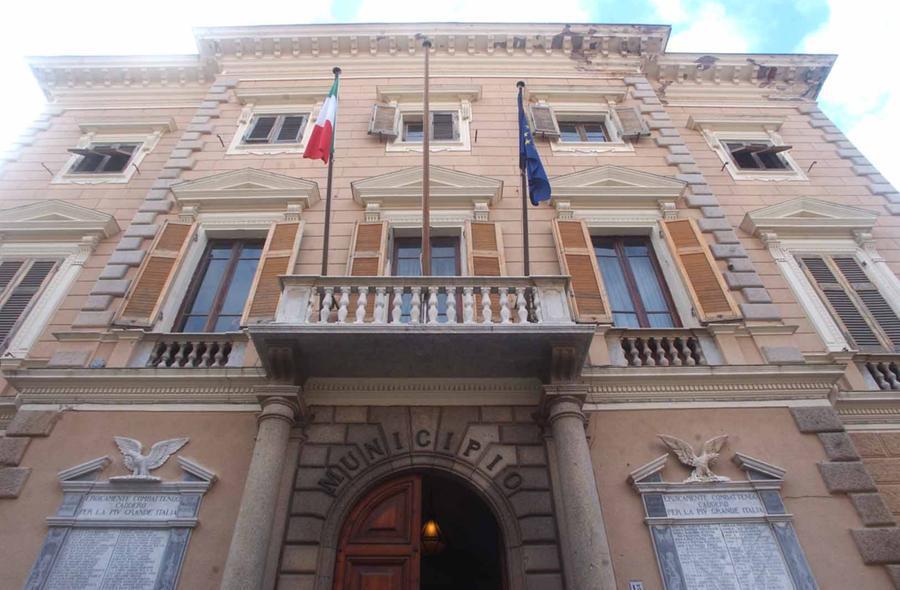 Il Municipio de La Maddalena (foto archivio L'Unione Sarda)