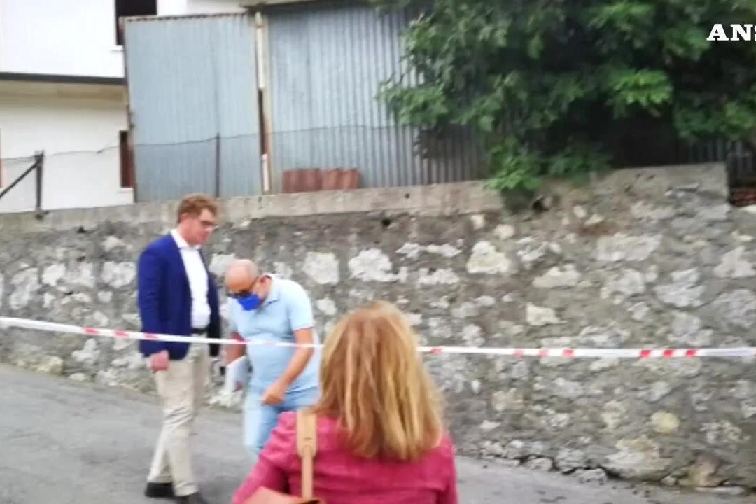 Uccisa con un colpo di pistola nel Vicentino, il killer in fuga