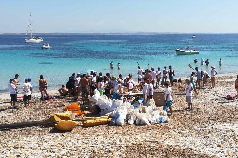 Cabras, pulita la spiaggia dell'Isola di Mal di Ventre
