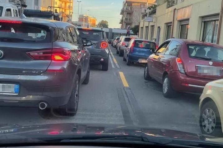 Viale Marconi, scatta il senso unico: traffico nel caos per gli ultimi lavori