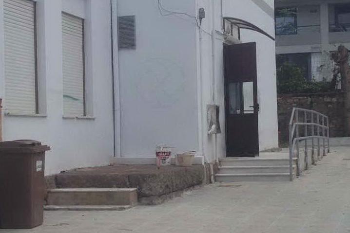 Porto Torres, scuola Paglietti: rimosse le scritte razziste dopo le polemiche