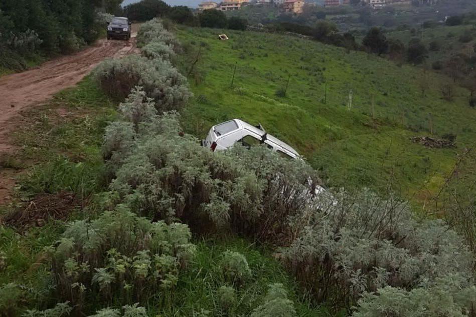 Escalaplano, auto nel burroneIl guidatore muore sul colpo