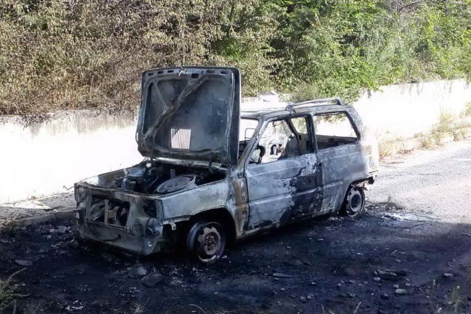Un'auto incendiata a Silanus