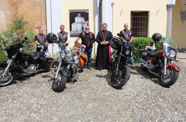 """Il vescovo con i bikers\u00A0(foto circolo \""""Su Nuraghe\"""")"""