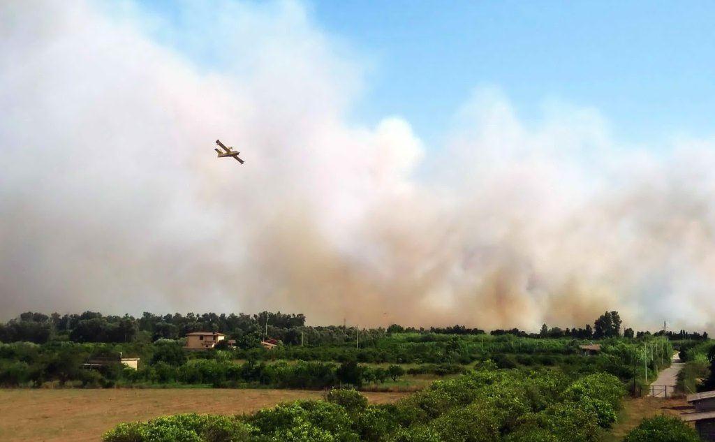 Sul posto tre canadair e due elicotteri della flotta regionale (Ansa)