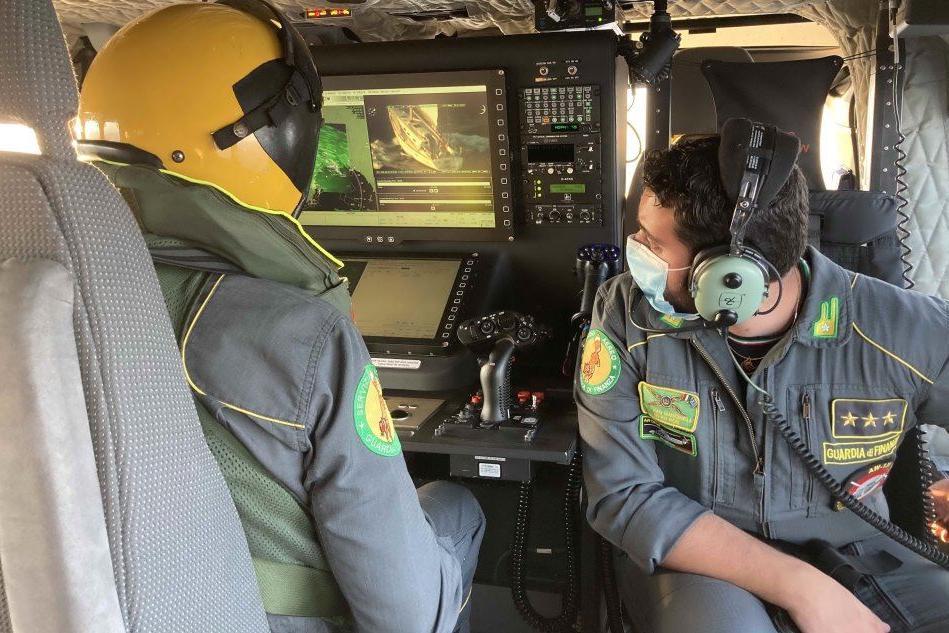 Sulla rotta dei migranti a bordo dell'elicottero della Finanza