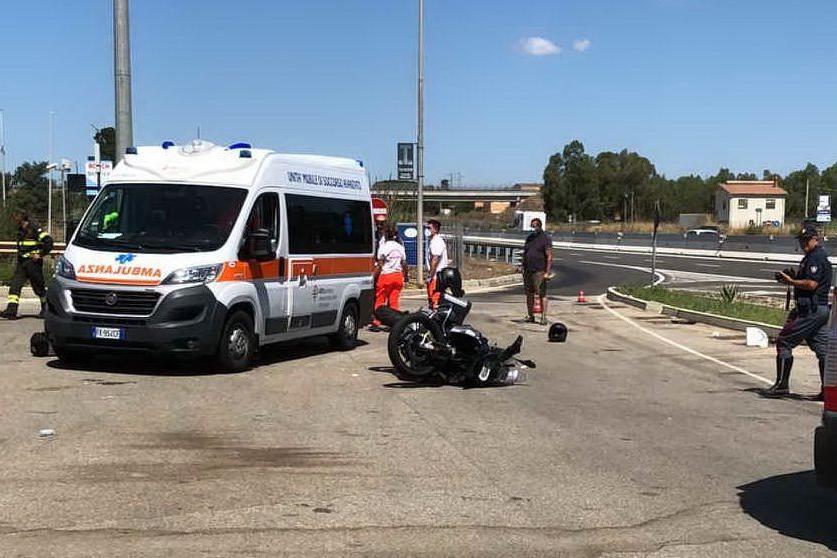 Moto cade all'ingresso del distributore: due turisti in ospedale