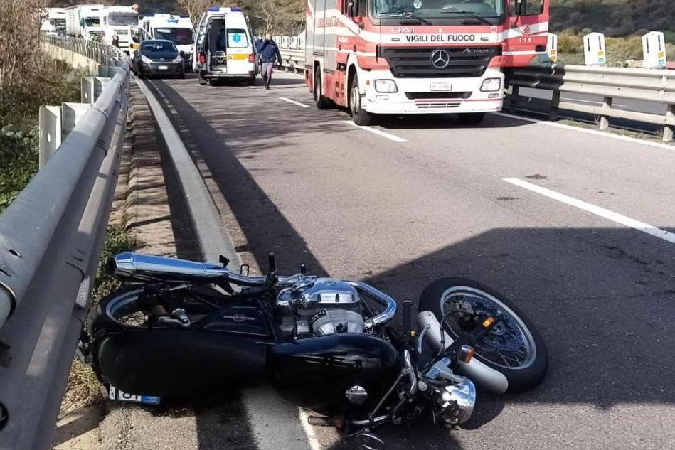 Cade dalla moto sulla 131: centauro di 44 anni in gravi condizioni