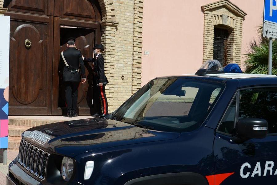 """Iglesias, ubriaco va a schiantarsi contro un'auto parcheggiata: """"La patente? Non ce l'ho"""""""