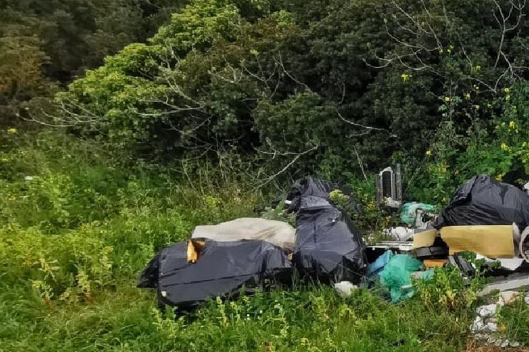 Porto Torres, scarica rifiuti in campagna: multa da 600 euro
