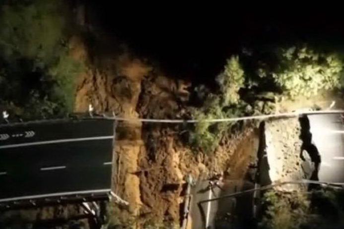 Italia sott'acqua: crolla un viadotto sulla Torino-Savona, esonda il Ticino
