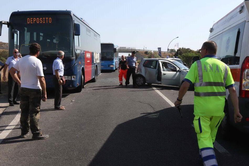 Incidente a Carbonia tra un bus e due auto: quattro i feriti