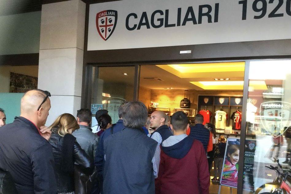 Calcio: il Cagliari aspetta Farias,i tifosi in coda al botteghino