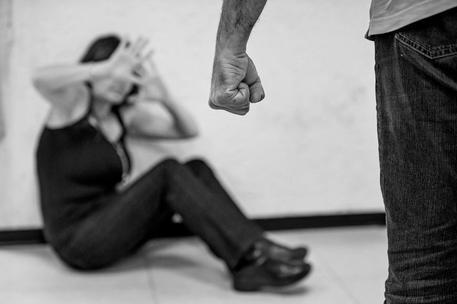 La 18enne tradita dall'ex e stuprata dal branco: il papà sfonda la porta e affronta i 5 aguzzini