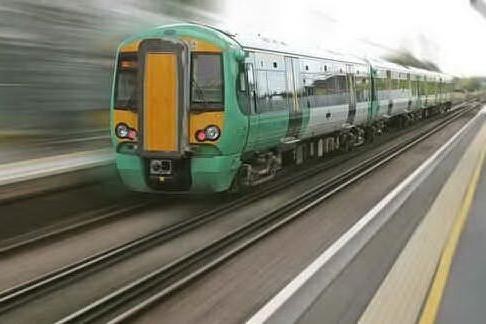 """Svizzera, 31enne italiano trovato in gravi condizioni sui binari: """"Salito illegalmente su un treno"""""""