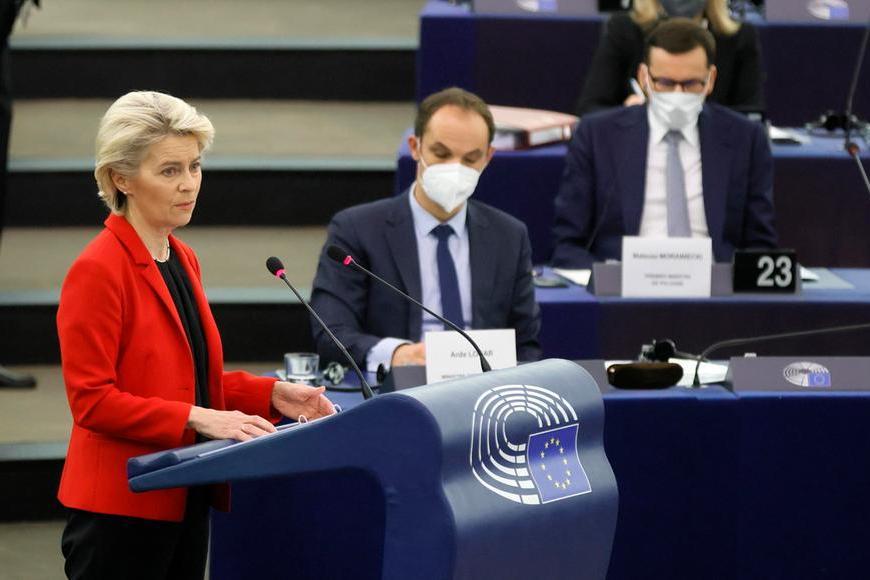 """Polexit, von der Leyen: """"Varsavia mina le basi dell'Ue"""". La replica: """"No ricatti, abbiamo già combattuto Hitler"""""""