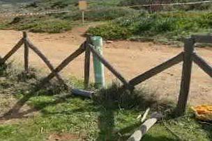 Subacqueo ripesca missile in acqua, spiaggia bloccata a Porto Ferro