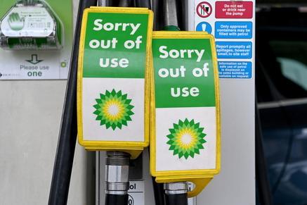 Crisi benzina, in Gran Bretagna il panico continua: a rischio anche il tacchino sulle tavole di Natale